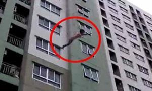 พริตตี้สาวกระโดดคอนโด ชั้น 16 ลงเบาะลมรอดหวุดหวิด
