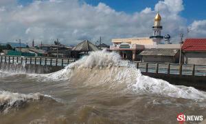 คลื่นยักษ์ซัดแรงเข้าเมืองคอน จ่อประกาศเสี่ยงภัยพิบัติ