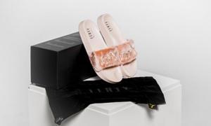 รองเท้าแตะออกแบบโดย Rihanna ราคาคู่ละ 2,800 บาท ขายหมดใน 30 นาที