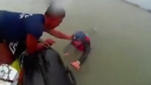 คนไทยขอแชร์! คลิปนาทีตำรวจช่วยฝรั่งถูกพายุพัดออกทะเล