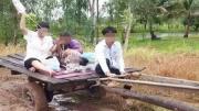 ชาวเน็ตแห่ชื่นชม! ภาพจนท นำผู้ป่วยขึ้นรถไถส่งโรงพยาบาล