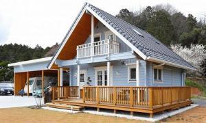 บ้านไม้ญี่ปุ่นชั้นครึ่ง ระเบียงกว้าง โดดเด่นด้วยผนังสีฟ้า