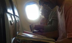 ฝรั่งสอนบทเรียนให้ลูกบนเครื่องบิน อ่านแล้วต้องยิ้มตาม