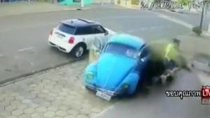 หนุ่มกระโดดหลบรถที่เสียหลักพุ่งชน รอดตายปาฏิหาริย์