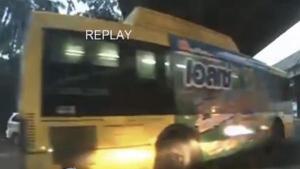 ระทึก!! รถเมล์วิ่งฝ่าไฟแดงตัดหน้ารถยนต์หวิดชนกลางแยก