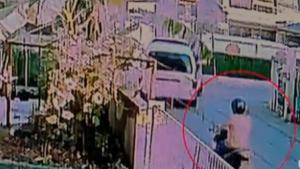 ภาพจะจะ! เดนนรก ปาหินใส่รถตู้นักเรียนฉุนถูกบีบแตรใส่ ตร.จับ ศาลไม่ให้ประกันขังคุก