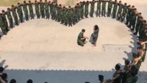 คลิปน่ารัก พลทหารจัดเซอร์ไพรส์แฟนสาว คุกเข่าขอแต่งงานกลางค่าย