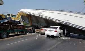ระทึก! รถบรรทุกเกี่ยวสะพานลอยถล่มทับเก๋ง ถนนสายเอเชีย