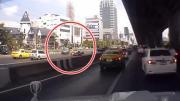คลิปอุบัติเหตุ รถยนต์เอนกประสงค์ หักหลบแท็กซี่กะทันหัน ชน จยย.ล้มระเนระนาด