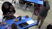 หนุ่มช่วยเพื่อนที่กำลังสำลักอาหารจนเกือบตาย ระหว่างกินข้าวที่โรงเรียน!