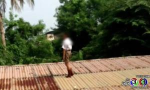 เด็กชาย ป.5 เครียดปีนไปยืนเหม่อบนหลังคา กู้ภัยช่วยระทึก