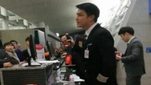 ผู้โดยสารเซ็ง เครื่องบินดีเลย์ 17 ชม. แต่งานนี้ชาวเน็ตโฟกัสที่กัปตันสุดหล่อ