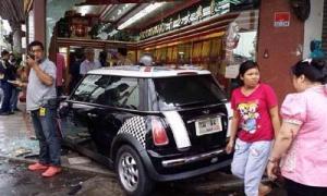 หนุ่มใหญ่ลมชักกำเริบ ขับมินิคูเปอร์พุ่งชนร้านทอง