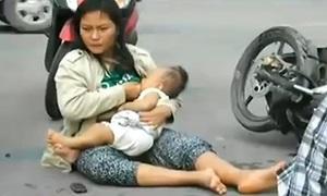 อุบัติเหตุรถชนจนขาหักต้องให้นมลูกกลางถนน