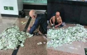 สุดอึ้ง ภาพขอทานนั่งนับเงินกองโต!