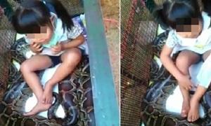 ตะลึง!! คลิปเด็กหญิงตัวเล็กนั่งเล่นกันงูเหลือม